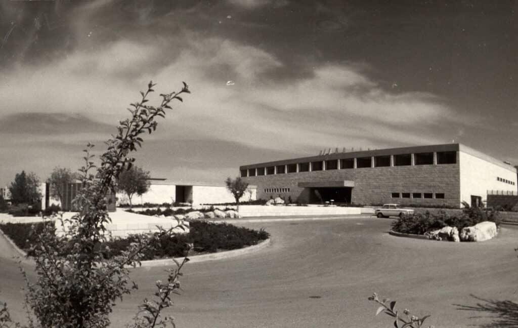רחבת מכון ון ליר והאקדמיה הלאומית למדעים, מתוך ארכיון המכון