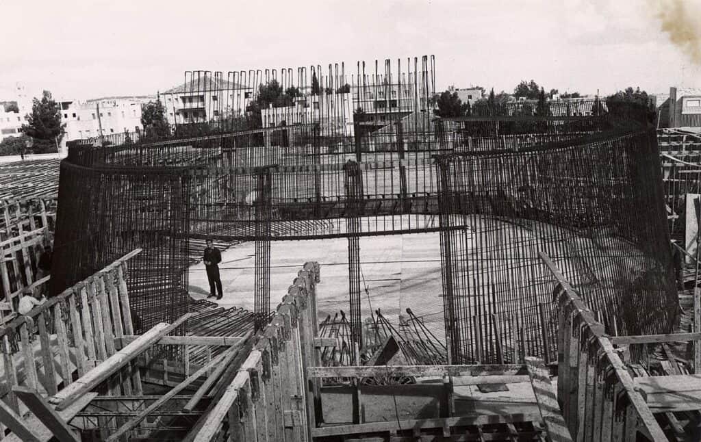 התקנת שלד הפלדה לאודיטוריום של מכון ון ליר, 1961. צילום: יצחק ברז